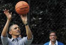 Le président américain Barack Obama jouant au basket en avril 2013 à Washington. - MANDEL NGAN / AFP
