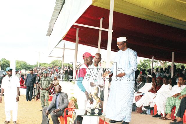 Le PDG de PMU-Mali, remettant le prix