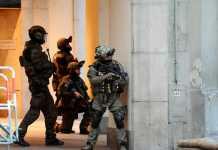 Les forces de police sécurisent la zone de la fusillade. © AFP/ ANDREAS GEBERT