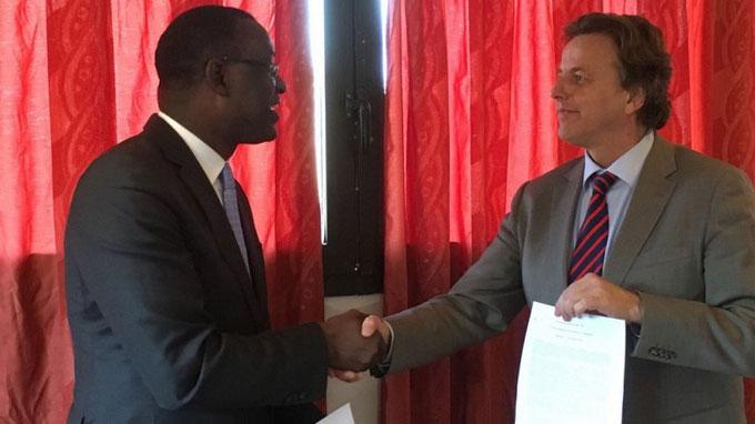 Le ministre malien Abdoulaye Diop et homologue Bert Koenders