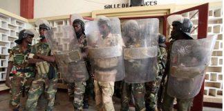 Des policiers tchadiens au palais de justice de N'Djamena.