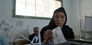 Une Egyptienne vote