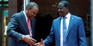 Le président kényan Uhuru Kenyatta (à g.) serre la main de son opposant Raïla Odinga