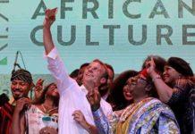 Le président français Emmanuel Macron pose avec les artistes Femi Kuti