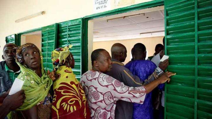 File d'attente dans un bureau de vote à Bamako